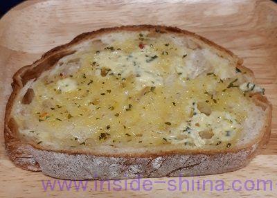 ガーリックマーガリンとパン