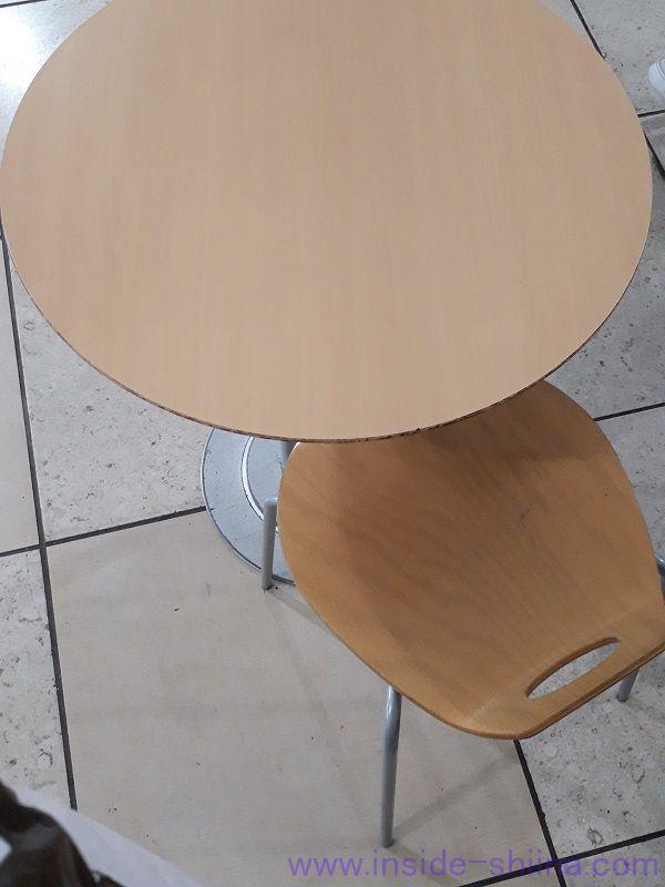 東京駅改札内 びゅうスクエアの椅子とテーブル