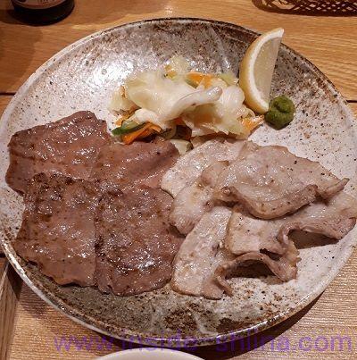 うまやの楽屋 有楽町店の「合わせ炙り焼きとろろ定食」肉アップ