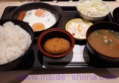 ソーセージエッグ定食(コロッケ)と豚汁(松のや)