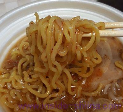 すみれ店主監修にんにく唐玉味噌ラーメン(セブン) 麺