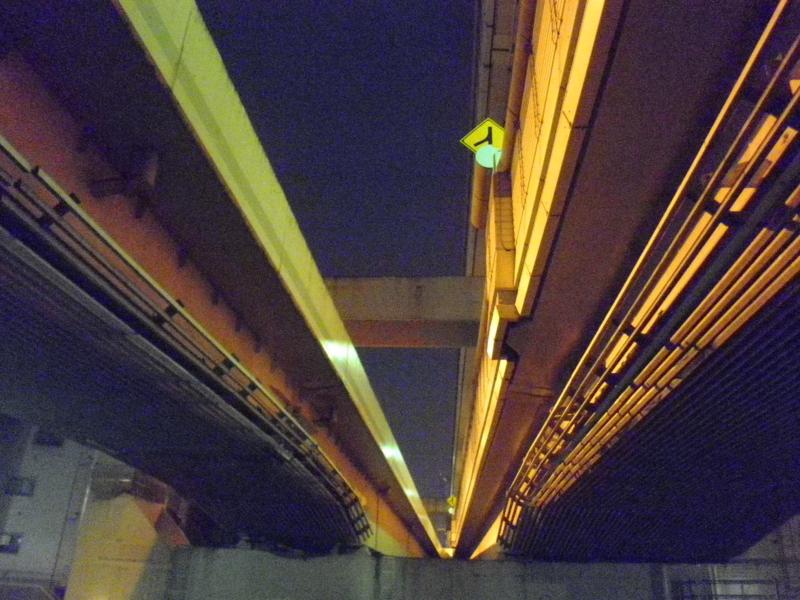 高速道路の下