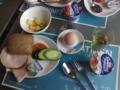 朝ごはんはセルフサービス。キュウリがでかいw。ハムとパンが種類