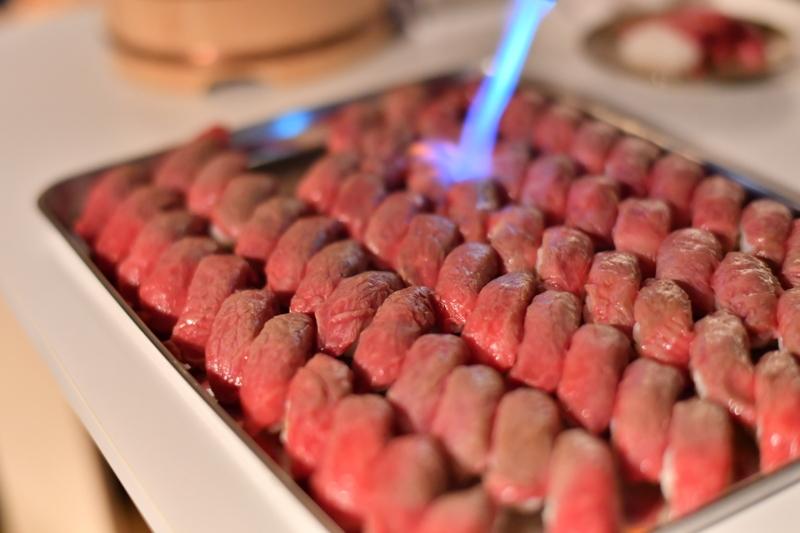 肉寿司を炙っているところ