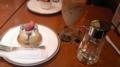 津田沼でケーキセット500円。メインはもちろん右側のガムシロップ
