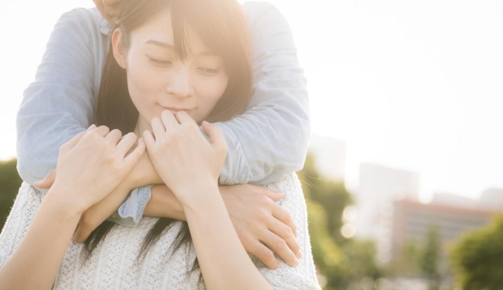 抱きしめられて生理痛が落ち着く女性