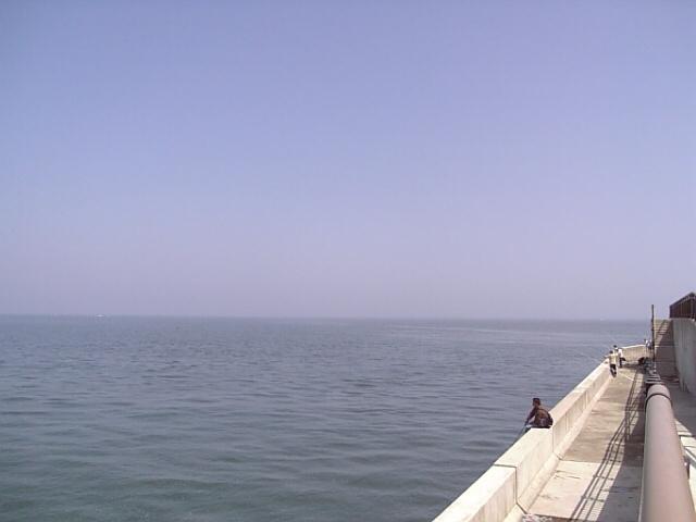富山湾(常願寺川の河口付近)