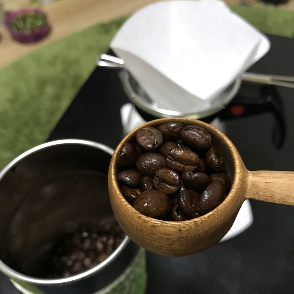 メジャースプーンに入った焙煎した珈琲豆