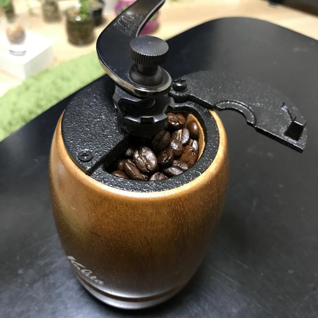 コーヒーミルに入った焙煎した珈琲豆