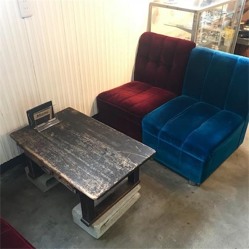 モクモクコーヒー店内にあるベロア生地のソファ