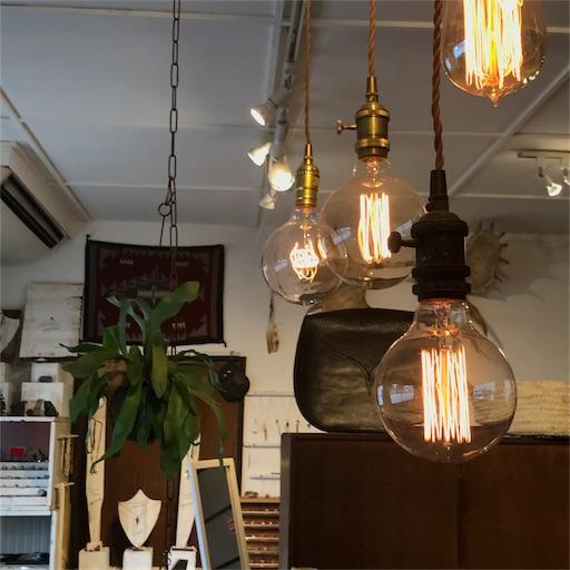 天井から吊るされたレトロな電球