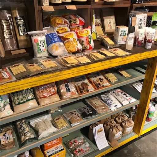 モクモクコーヒー店内に陳列してあるオーガニック食品と加工食品