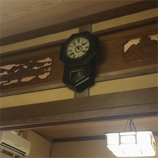 欄間に掛けられてる振り子時計