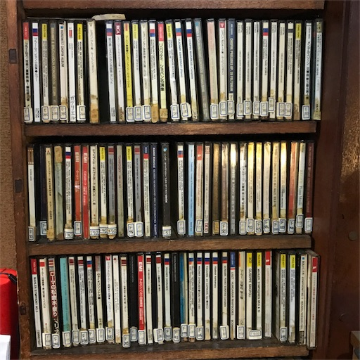 たくさんのCDが陳列された棚