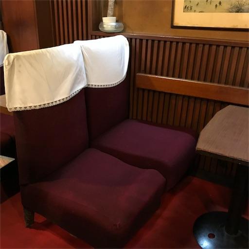 新幹線の座席シートのような赤いベロア生地の椅子