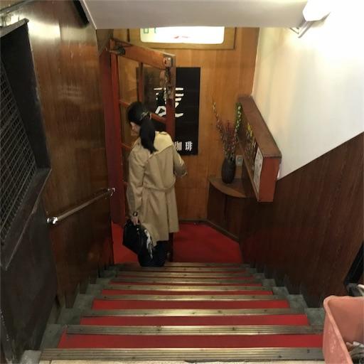 地下へと続く階段を降りるM嬢