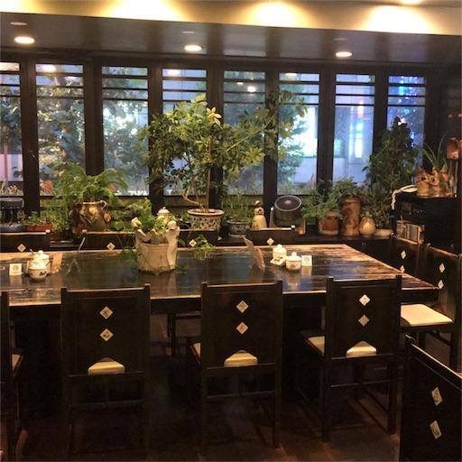 古瀬戸珈琲店の店内入って左側の12名ほど座れる大きなテーブル