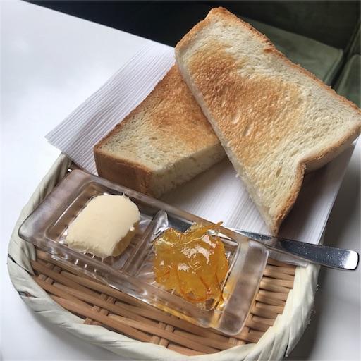 バターとマーマレードが添えらたトースト
