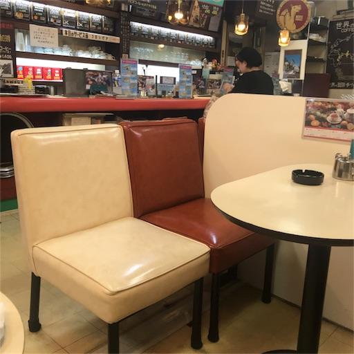 赤白のビニールレザーの椅子が置いてあるテーブル席