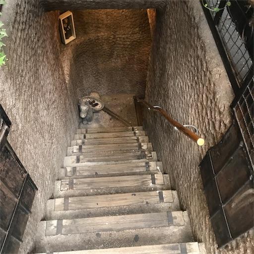 【COFFEE HALL くぐつ草】へ降りる階段