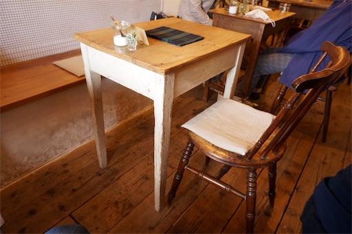 自家焙煎珈琲【Voyage】の店内に設置されたテーブルとイス