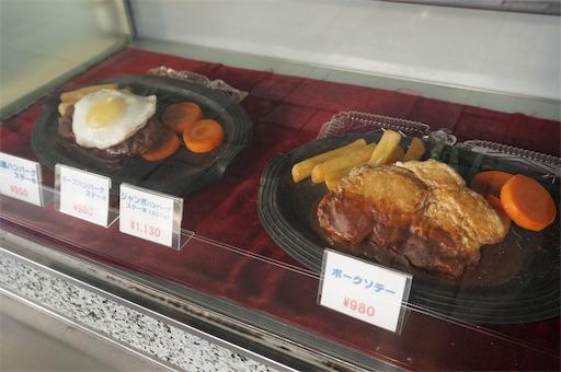 洋菓子店タカセの1階にあるショーケースに並べられたメニューサンプル