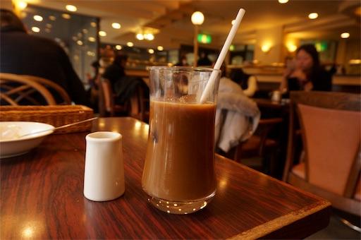 ミルクが混ざり合ったアイスコーヒー