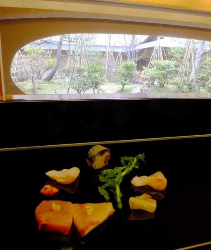 金沢・弁慶の鮨カウンターから望む雪吊りの内庭