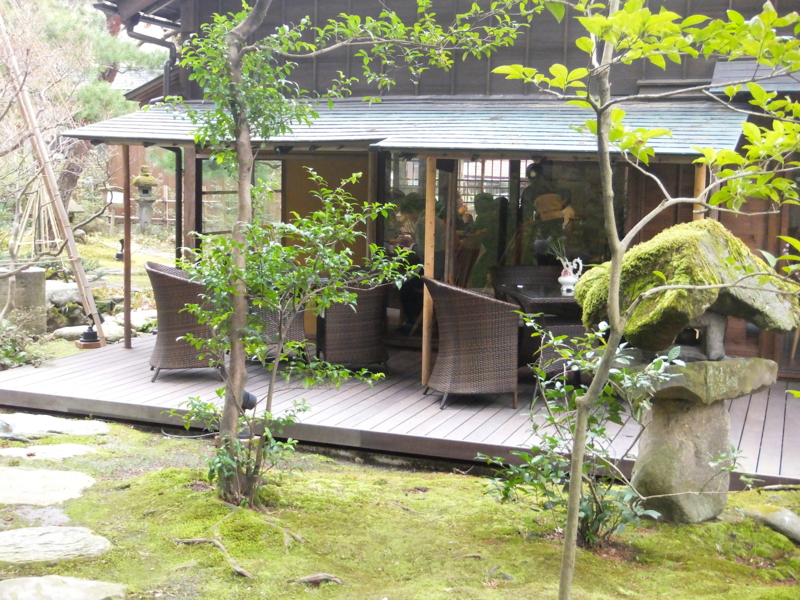 キリシタン灯籠を左奥に眺める,かなざわ玉泉邸のテーブル席,the Japanese Restaulant and Gyokusen-en Garden built in the Edo period, with the Hidden Christian Lantern