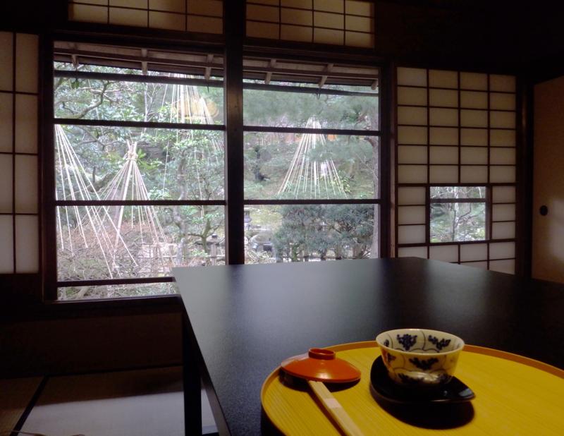 かなざわ玉泉邸の雪吊りを施した庭とテーブルセット