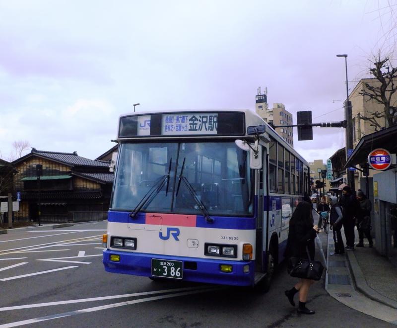 ひがし茶屋街最寄りの橋場町バス停(交番前)に毎時数本は来る兼六園下・香林坊経由金沢駅行JRバス