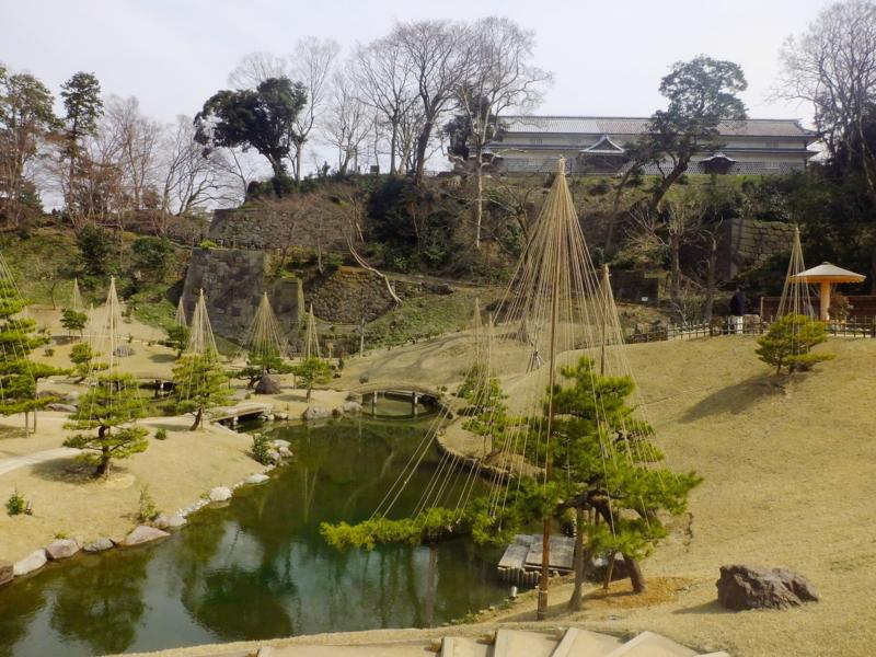 玉泉院丸庭園(右上に三十間長屋を望む)