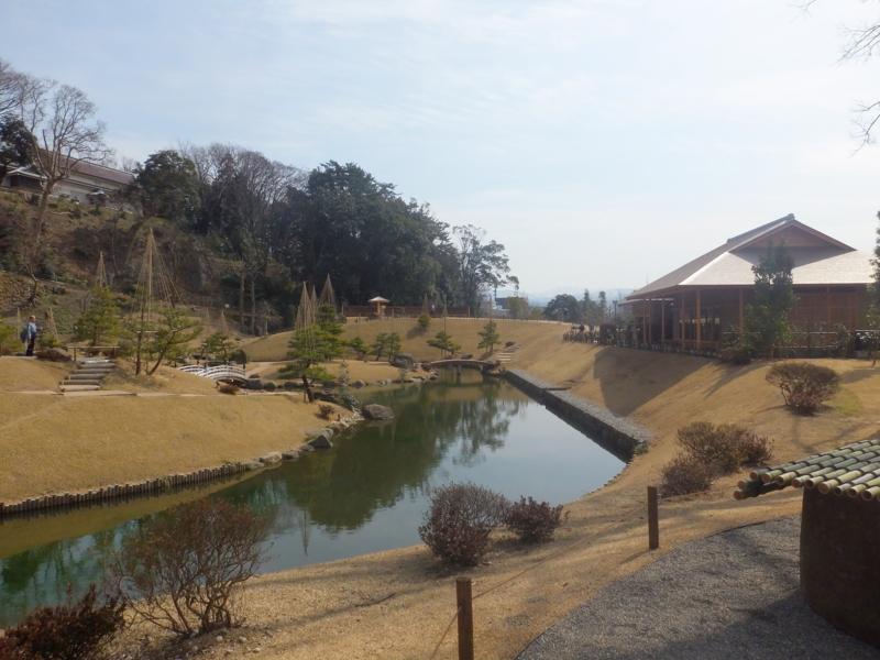 玉泉院丸庭園,左上が三十間長屋,右が玉泉庵