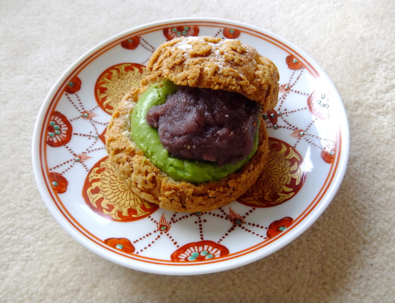 金沢・うら田の和風シュー(抹茶と粒あんを挟んだ和風のシュークリーム)
