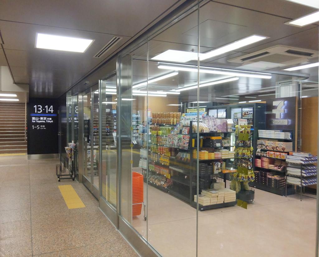 金沢駅新幹線改札内中2階のセブン・イレブンで,街中のセブンと同機能のレジをもつ