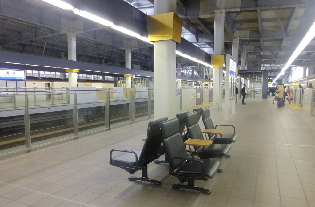 金沢駅・新幹線ホームのサイド・テーブル付きの椅子