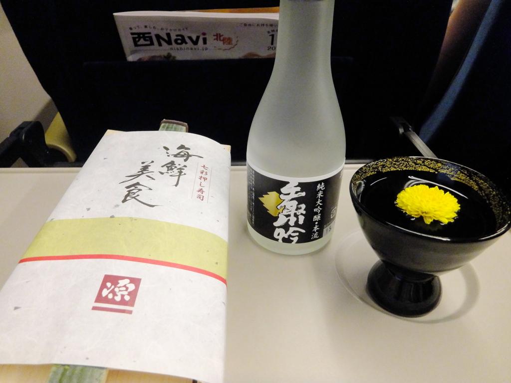 食用菊を浮かべたグラスに純米大吟醸・手取川本流と源の海鮮美食