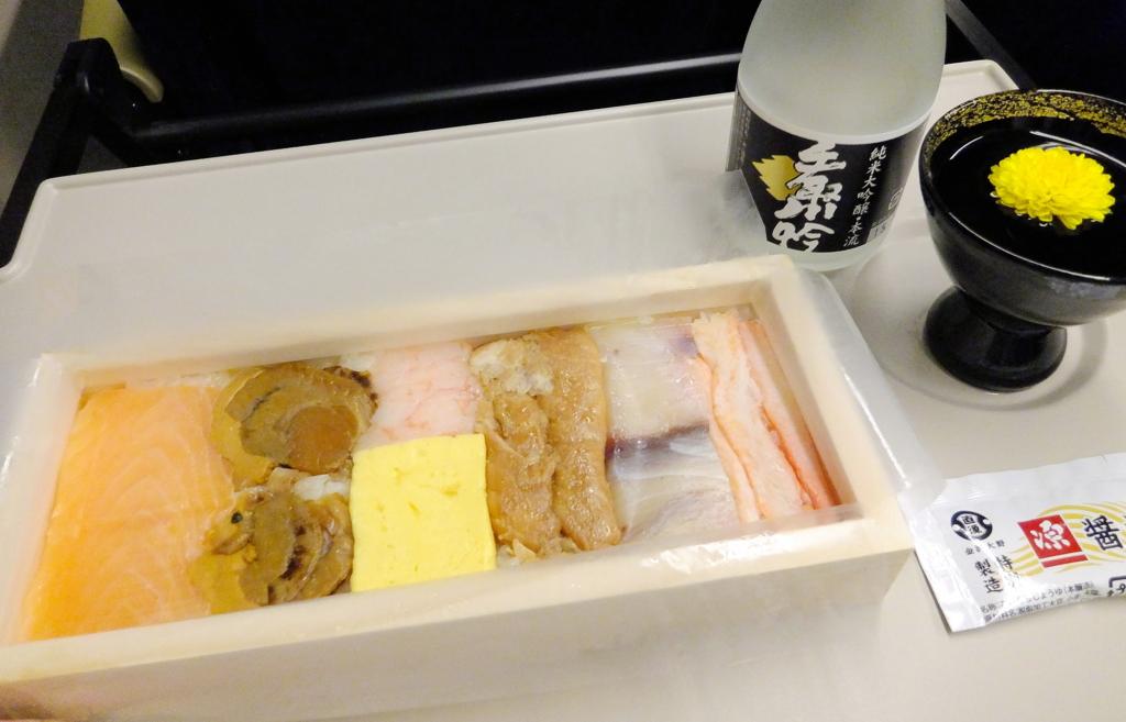 箱寿司・海鮮美食の中身と食用菊を浮かべた手取川・純米大吟醸