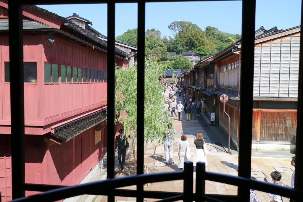 ひがし茶屋街のメインストリートを和カフェ波結(はゆわ)から眺める