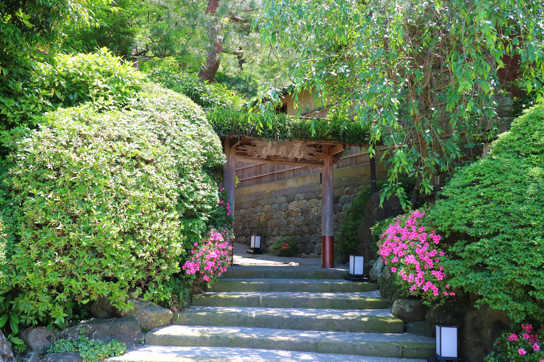 金沢・ひがし茶屋街を見下ろす位置にある料亭・山乃尾の山門