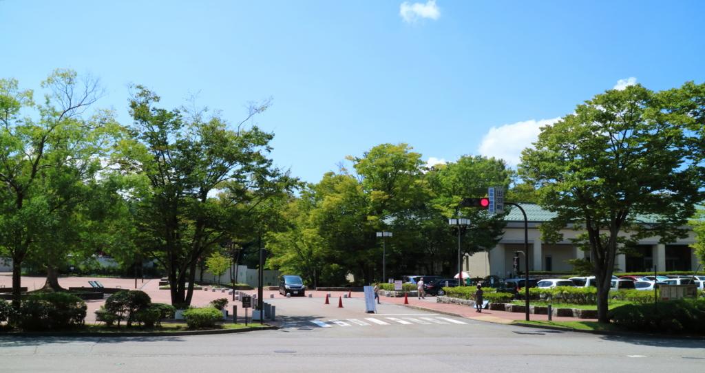 石川県立美術館を右奥に見る出羽町交差点