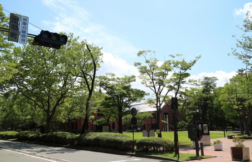 石川県立歴史博物館を右手に見る通り