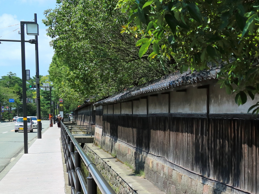 出羽町バス停前の土塀は加賀藩家老・奥村家の屋敷跡