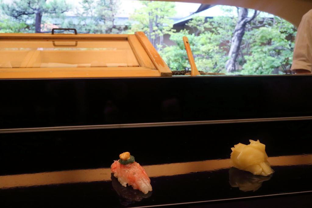 金沢・弁慶の庭の見える鮨カウンターでの甘えび,卵・えび味噌のせ