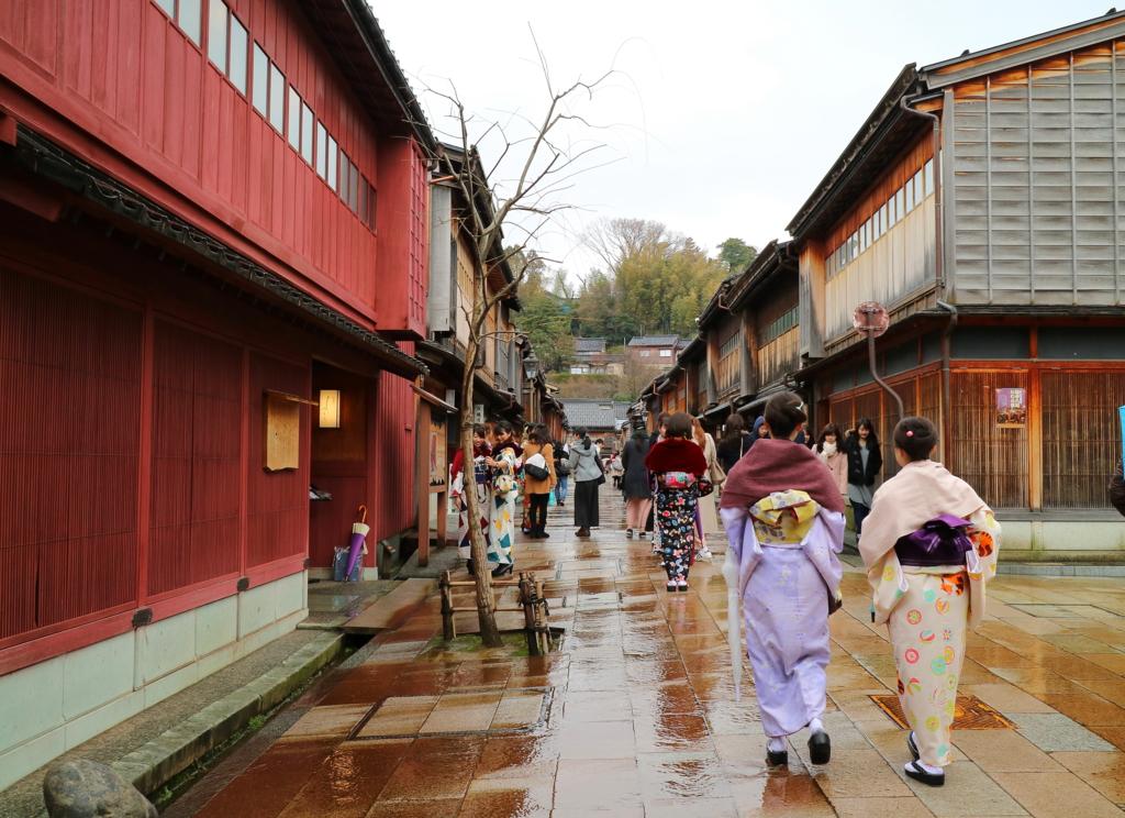 金沢のひがし茶屋街では女性の観光客が増え,着物のレンタルの利用も多い(2017年3月の平日・みぞれ)
