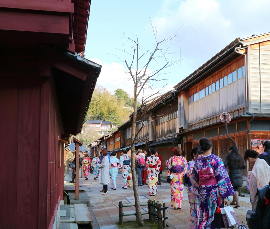 金沢のひがし茶屋街では女性の観光客が増え,着物のレンタルの利用も多い(2017年3月の平日・晴れ)
