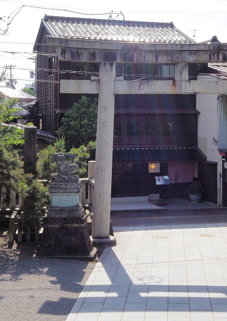 宇多須神社の逆立ちする狛犬は,パンケーキ・カフェ多聞のすぐ前