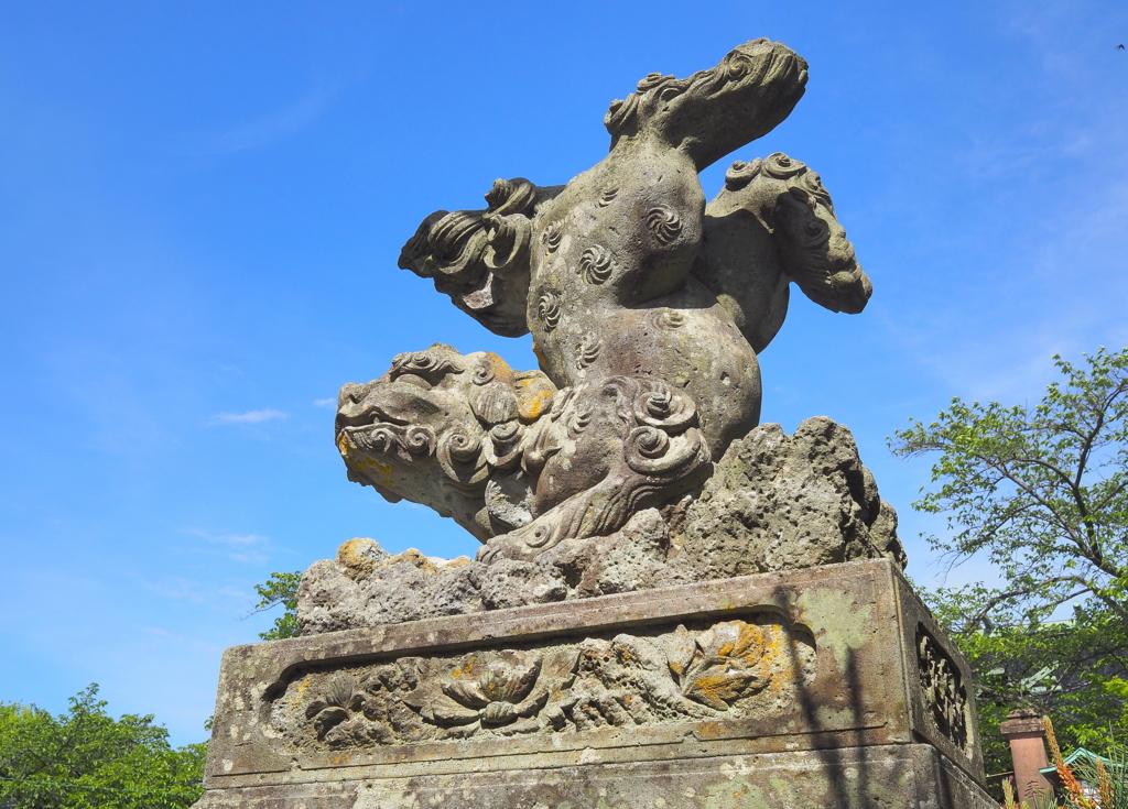 ドヤ顔で足を蹴り上げ,逆立ちしている狛犬(宇多須神社:金沢市)