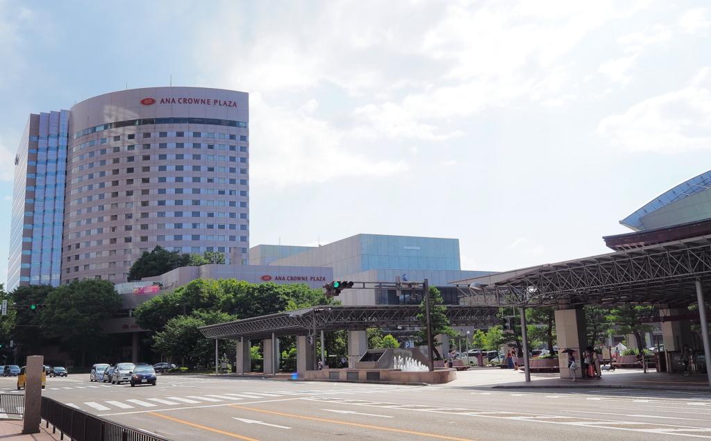 ANAクラウンプラザホテル金沢と金沢駅兼六園口(東口)の鼓門