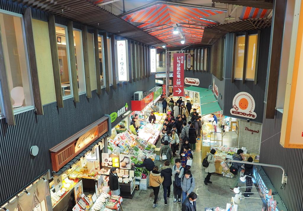 金沢・近江町市場の街路にある屋根